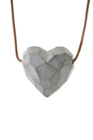 Pingente Coração- grande- concreto e couro - fio longo