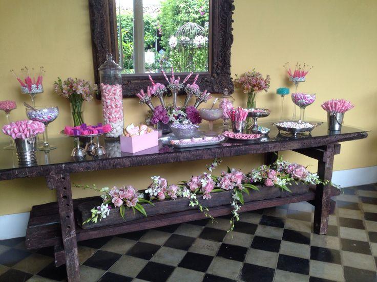 Mesa de dulces ! Con deliciosa decoración en rosas rosadas!