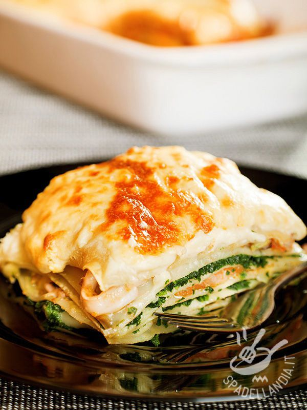 Le Lasagne al salmone affumicato e bietole sono un primo di pasta al forno della migliore tradizione culinaria del Belpaese. Salutari, oltre che gustose!