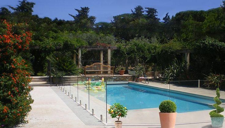 Barrière piscine verre Securit 12mm Pacific, une barrière transparente maintenue par de discrets pieds inox, le modèle le plus discret, classieux du marché.