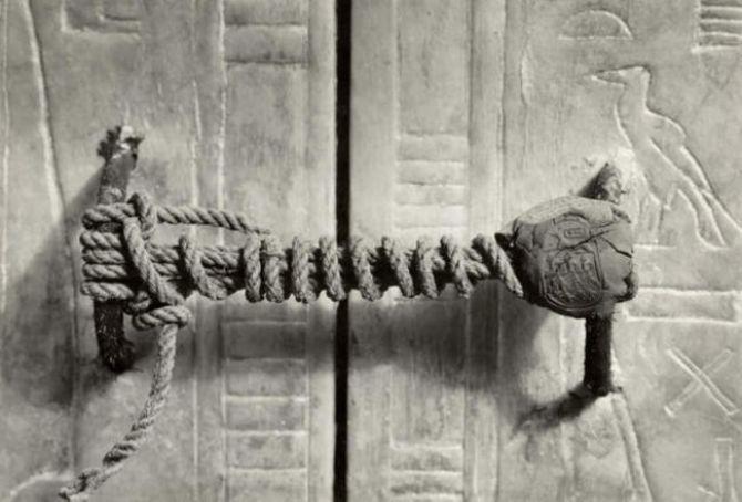 Pečať na dverách hrobky Tutanchamóna, 1922. Zostala neporušená neuveriteľných 3,245 rokov.