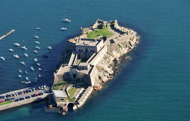 La fortaleza de San Antón resistió los ataques del pirata Francis Drake y fue testigo de la batalla de Elviña, donde murió el general sir Jo...