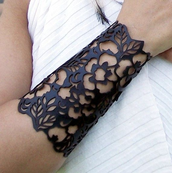 "Cuff ""Floral"" in black leather 6-1/2"" wrist"