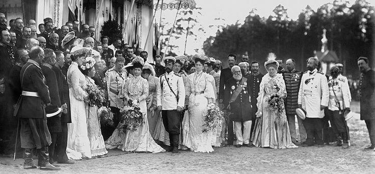 «Саровские торжества». Члены императорской фамилии и сопровождающие их лица у павильона Тамбовского дворянства, 15-20 июля 1903, г. Саров