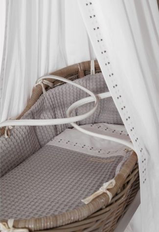 Echte eyecatcher in de #babykamer: een rieten wieg | Real eyecatcher in de #nursery: a wicker crib!