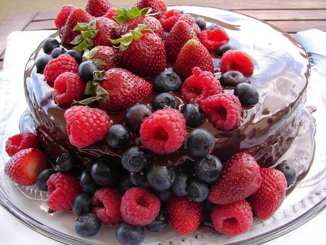 Bolo de chocolate com iogurte grego e frutos silvestres - http://www.mytaste.pt/r/bolo-de-chocolate-com-iogurte-grego-e-frutos-silvestres-19206769.html