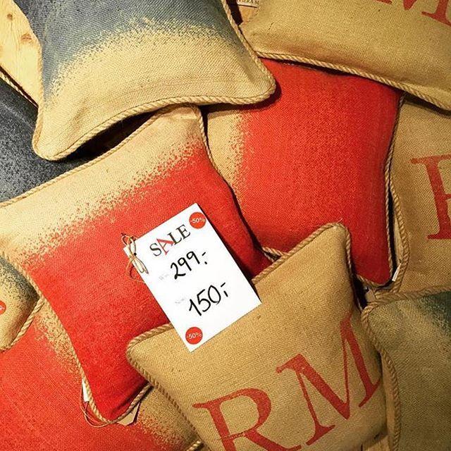 Tips: @rivieramaisonbergen har disse fine putetrekkene på salg til 150kr nå, tenk hvor fine de vil være ute i en benk/sofa med pledd og en god kopp kakao med snøen dalende rundt? Disse er veldig grove i stoffet, passer det rustikke og naturlige som kommer til høsten❤️ #rmnorge #rivieramaisonbergen #sommerkolleksjon #salg #perfektejuleputen #interiør #L4L #followback #instafollow