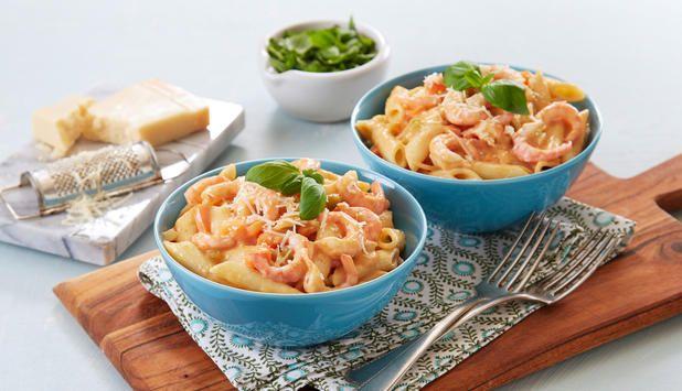 Pasta er alltid en slager og passer godt til reker. I denne oppskriften er det sausen som er hemmeligheten.Parmesan og basilikum gir retten en smak av Italia.