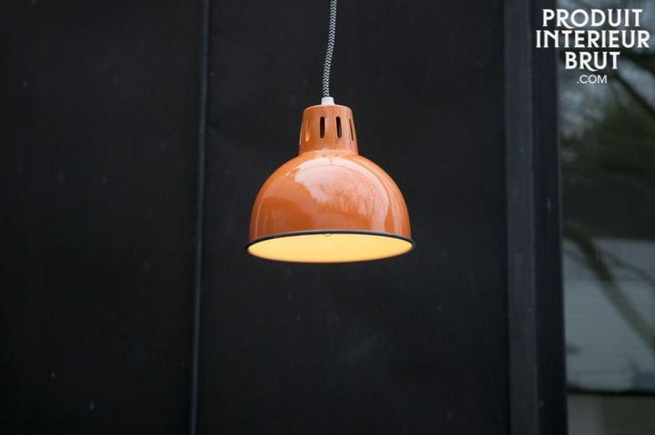 Lampada a sospensione Snöl. Le bellissime finiture arancioni della lampada a sospensione Snöl donerà un tocco di colore ai vostri interni. Notate inoltre che il cavo elettrico è ricoperto da un tessuto intrecciato con un motivo a zig zag nero e bianco che aumenta l'aria retrò della lampada Snöl.