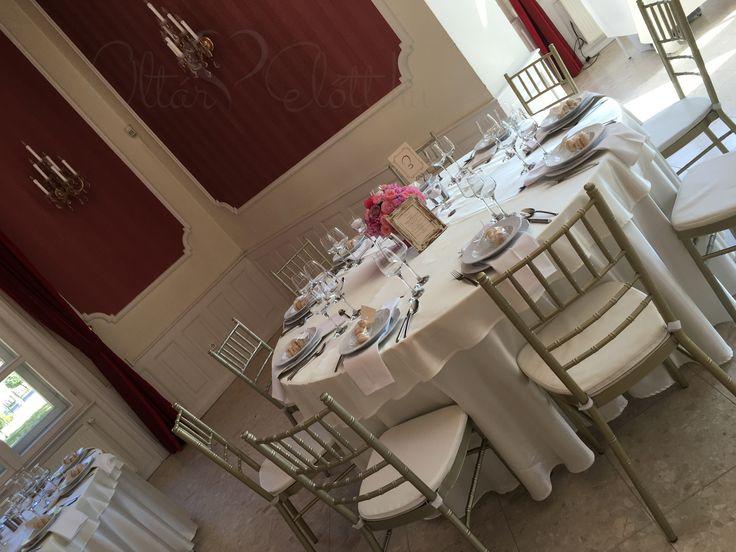 Amerikai stílusú esküvő chiavari székekkel a Malonyay Kastélyban