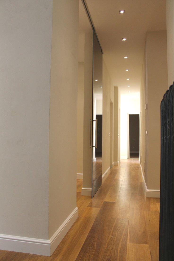 un corridoio illuminato con faretti led al soffitto