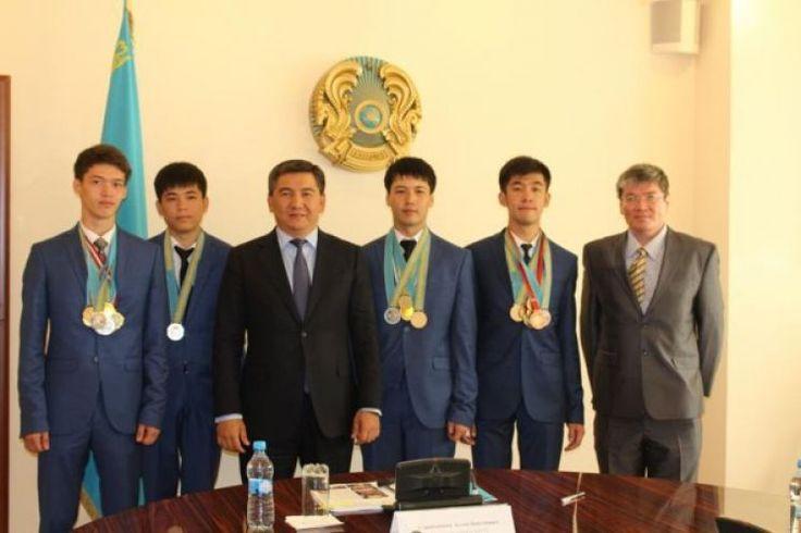 Министр образования встретился с победителями олимпиады по информатике
