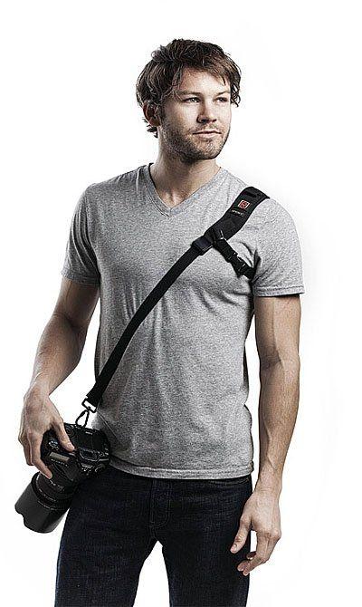 Päivitetty versio suositusta RS-Sport hihnasta. Litteä malli sopii paljon liikkuvalle kuvaajalle. Tässä BlackRapid sling-kamerahihnassa on kainalon ali menevä lisähihna, jonka ansiosta se pysyy tukevammin paikallaan. Soveltuu aktiivisen kuvaajan käyttöön, joka liikkuu paljon kuvatessaan.