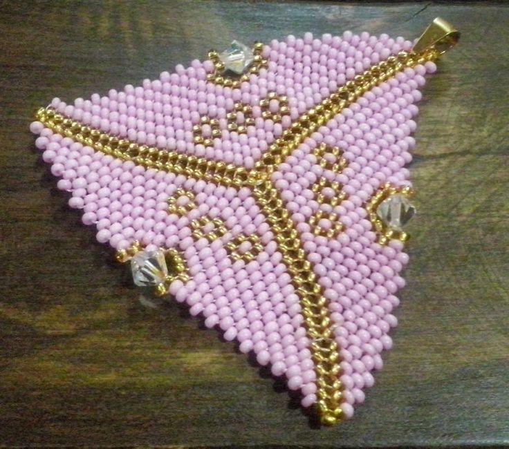 Placa triangular tejida en mostacilla