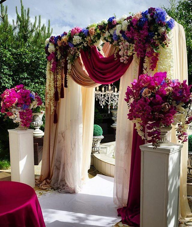 Стильная зона для церемонии регистрации брака на фоне фонтана. Вручную…