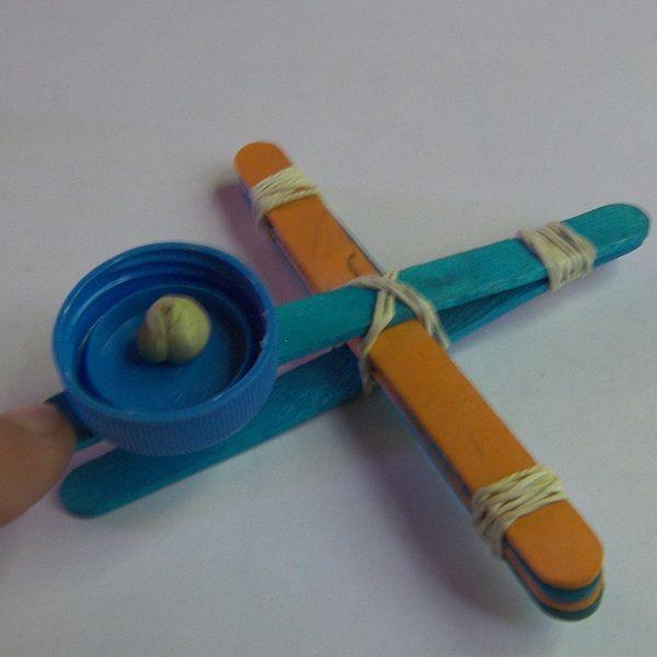 Fabriquer une catapulte miniature Voici comment fabriquer une catapulte miniature simplement et rapidement...  Intérêt : fabrication et jeu Matériel