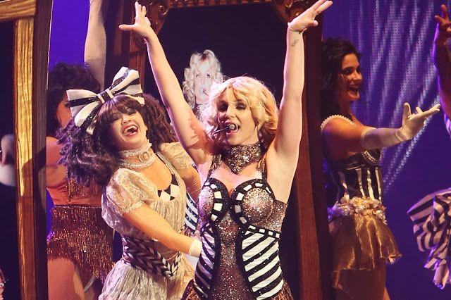 Sebagai seorang penyanyi yang profesional, Britney Spears diuji saat dirinya tengah konser di atas panggung. Di sela-sela konsernya di Las Vegas, resleting pakaian yang dikenakannya terbuka. Meski begitu, ia cuek saja dan tetap dengan santainya ia tampil di panggung.