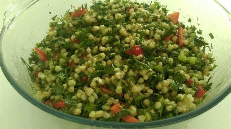 Haşlanmış buğdayla yapılan pratik, lezzetli ve besleyici bir salata tarifi...