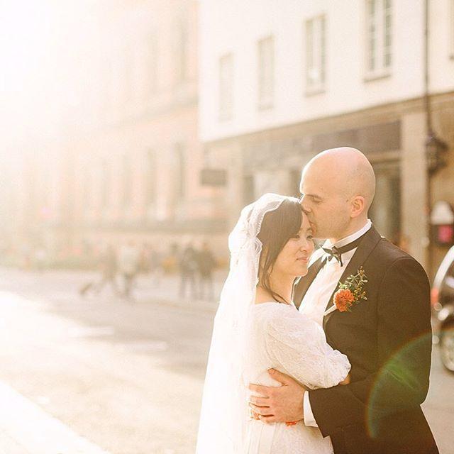 BRYLLUP💛 Hurra for Silje og Ståle som giftet seg i dag. Vi elsker bybryllup 🙌 #fredagsbryllup #fireårsdagen #oslove #bryllup #momentstudio #siljeogståle #forendag #godhelg
