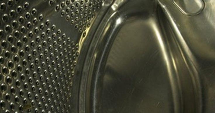 Cómo arreglar una lavadora whirlpool que no vacía el agua. Abrir la lavadora después del ciclo final de centrifugado y encontrar que está llena de agua puede resultar una frustración. Contratar a un plomero para reparar la lavadora inundada es caro, correr al servicio técnico sólo por una consulta por lo menos te costará US$150. Ahorra dinero, tiempo y la frustración mediante la solución del problema y ...