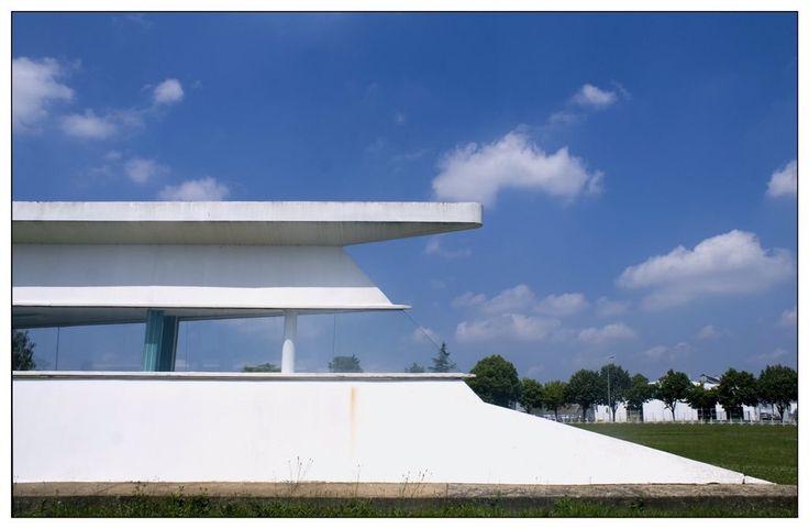 Dynamische architectuur uit 1969 bij de fabriek Horoquartz van Raymond Epardaud. Het is te vinden bij het Franse Fontenay-le-Comte.