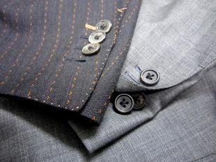 袖 本切羽 (ほんせっぱ)    昨日の続きで~す  袖本切羽   ご存知の方 ご自分のスーツも本切羽  こういう方も多いと思います    袖口のボタンを1個外して  粋に着こなす方もいらっしゃいます    袖にボタンホール付けて意味あるの?  機能性からは  現代で殆ど意味ないです 笑    じゃぁ 袖本切羽って  なんのために?  昔 ジャケットは作業着だったんです  狩に  乗馬に  農作業に  着る服でした    イギリスは北海道より寒いです  そんな気候の中で  当時 上着を何着も持てない時代です  袖口が汚れやすい作業  手を洗ったり  外で食事をする時など  上着を脱いでたら寒いですよね    ですから 袖ボタンを外して  袖口が汚れそうな時や邪魔になる時に  袖を捲くり上げやすくする為の本切羽でした    前にも言いましたけど  メンズ服の進化は機能性の追求  かもしれません (~~)/
