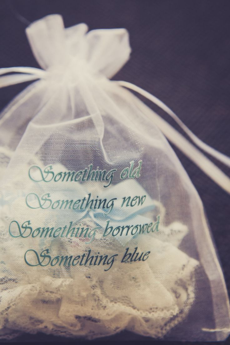 "Hochzeitsbräuche: ""Something Old, Something New, Something Borrowed, Something Blue and a Silver Sixpence in Her Shoe"""