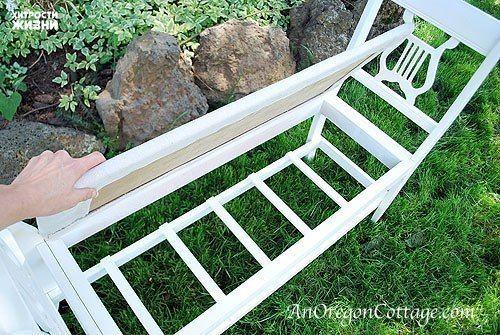 У многих найдутся такие старые стулья, которые разваливаются в буквальном смысле этого слова. Конечно их можно выбросить, а можно и попробовать сделать нечто весьма интересное и удобное. Шаг первый: Найти два одинаковых стула Более всего подойдут стулья, которые имеют небольшой изгиб спинки. Именно эти спинки нам и понадобятся. Шаг второй: Создание сидения Собрать каркас такой