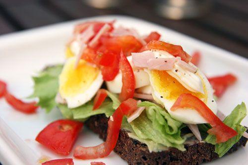 Smilende Æg med Stilktomat, Skinke og Mayonnaise