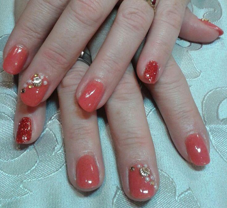 Manucure résine et poudre corail, ajout de perles coquillages et paillette. Brijoux nail art.