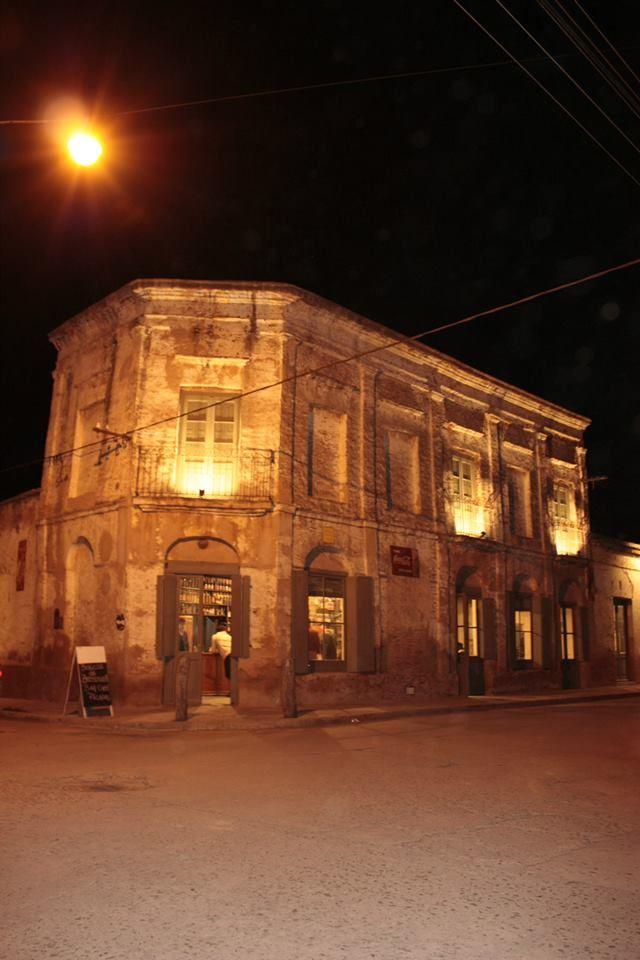 Almacen de ramos generales, San Antonio de Areco, Argentina, NOCHE DE LLEGADA con taxi y bardo