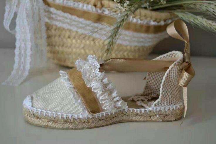 Terciopelo, puntillas, cintas de falla...Trabajamos materiales nobles para crear las esparteñas de ceremonia.