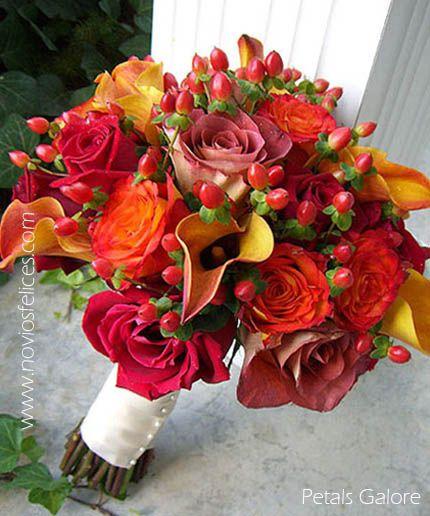 Ramo de novia con rosas rojas, rosas mandarina, calas y bayas de hipericum rojo