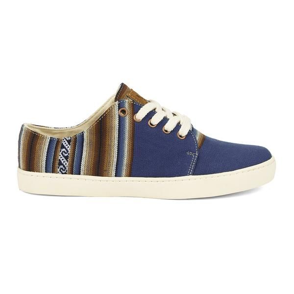 Commandez votre pointure habituelle.Entre deux tailles, prenez celle du dessus.       Des sneakers bleues en toile à motifs incas, fabriquées à la mainau Pérou.Semelle en caoutchouc naturelcousue.       Une paire =un jour d'école  pour un enfant défavorisé de San Jeronimo, une banlieue pauvre de Cusco.       -    Le Tote Bag est offert pour les commandes de deux paires ou plus (valeur du sac : 9€)       ENTRETIEN : Privilégier un...