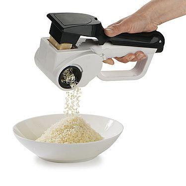 Kraftvolle Akku-Hartkäsereibe, überall mühelos frisch geriebener Parmesan