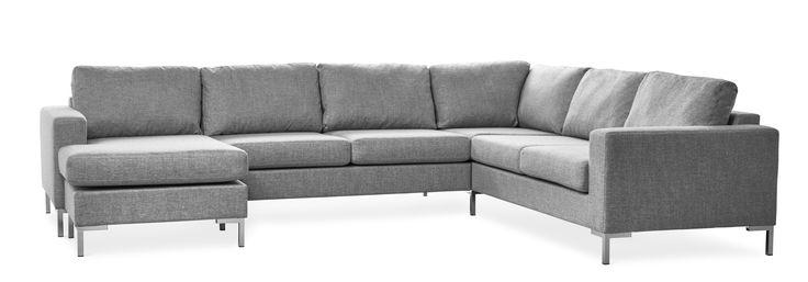 Prisvärd och generös soffa med ett stilrent modernt uttryck med flyttbar schäslong som gör att du själv kan bestämma om du vill ha den till höger eller vänster. De höga benen ger en luftig känsla och underlättar vid städning.