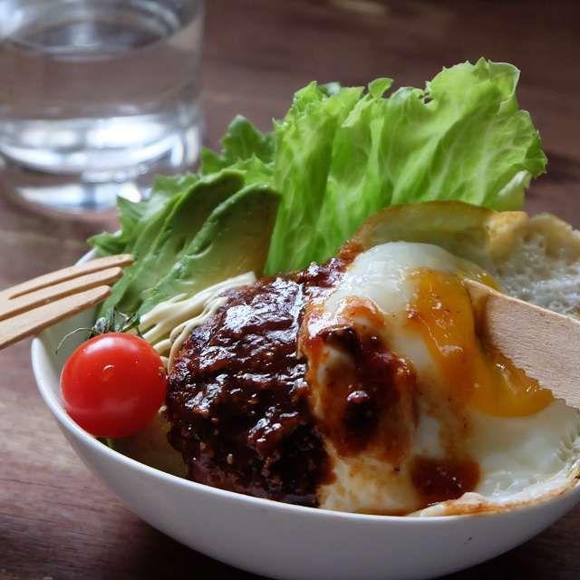 ハワイ名物ロコモコ丼 姉さんのハンバーグはパン粉を使わずに、玉ネギがタップリ入ります。ハンバーグだけでも美味しいんだけど、今日はもっとガツンと食べたい気分なんだなぁ…。