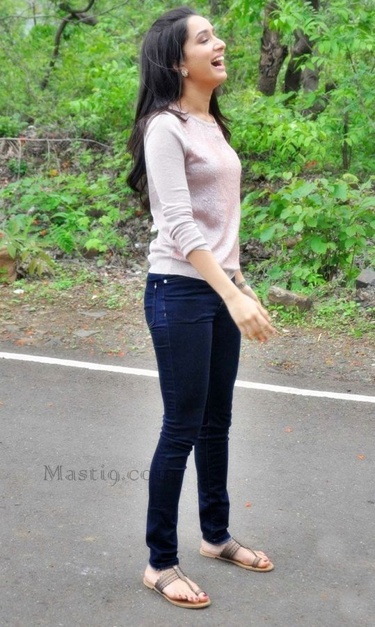 "Bollywood heroine Shraddha kapoor in skinny jeans at her movie ""Ek villain"" promotions on the sets of Hindi popular serial CID."