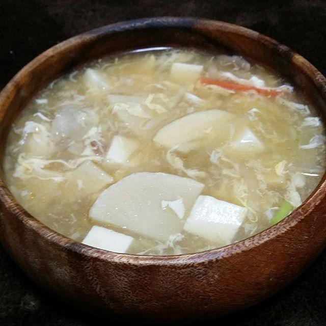 チビっ子大満足だった酸辣湯  今日は大量に作りました~~ 前回は鶏むね肉とネギしか入れなかったから  今日は、タケノコ、もやし、 白菜、にんじん、玉ねぎ、長ネギ  昨日のあまりの牛肉もブッ込んだ  もちろん👍鶏むね肉も投下♥  スーラータンって、こんな簡単に  作れたのね♥皆さんもどーぞ🎵⤴ レシピは#けんちんレシピ で👋  今日の大量なのは、調味料の分量  適当です👍味見ながらの男料理😆  チビ達は これとご飯で  食べたいって言うので  片栗粉でとろみつけてやりました  酸辣湯丼♥  俺は酸辣湯鶏むね肉スープと  ステーキでたんぱく質charge♥  ピンクマンへと変身😱✋ 71.1㎏~(*^^*)⤴ Bluetoothイヤホンどっかいっちゃったので  Amazonでポチッス♥  あっ!ポチッスで思い出した  ポテトチップ販売中止だってね  哀しいわ😱✋あっ!でも無い方が  諦めついて食べれなくていいか👍✨ ・ ・…
