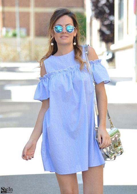 Синее модное платье в полоску с открытыми плечами
