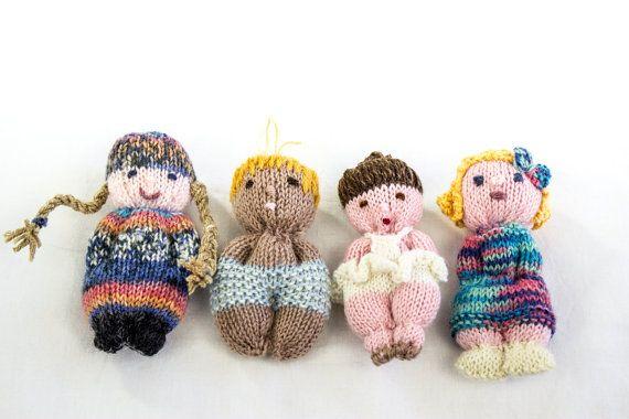 Diese niedlichen Puppen sind einfach und macht Spaß zu stricken. Ein großes Muster für Anfänger und Kinder gleichermaßen. Der beste Teil ist, dass Sie wirklich kreativ zu sein und verbrauchen Garn haben Sie herumliegen. Wir hatten Spaß, die versucht, Puppen ähneln die Familienangehörigen zu schaffen! Auch sie machen schöne Geschenke für Kinder und Erwachsene und original Schlüsselanhänger umfunktioniert werden können. Die Anweisungen sind ein Diagramm für eine grundlegende Puppe…