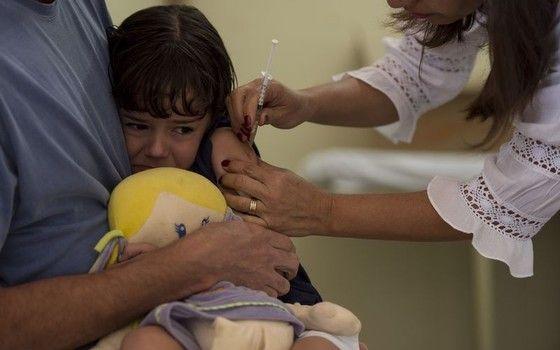 Rafaela Petrosk, de quatro anos, chora ao ser levada pelo pai para ser vacinada na Campanha Nacional de Vacinação contra o sarampo e a poliomielite (Foto: Marcelo Camargo/Agência Brasil)