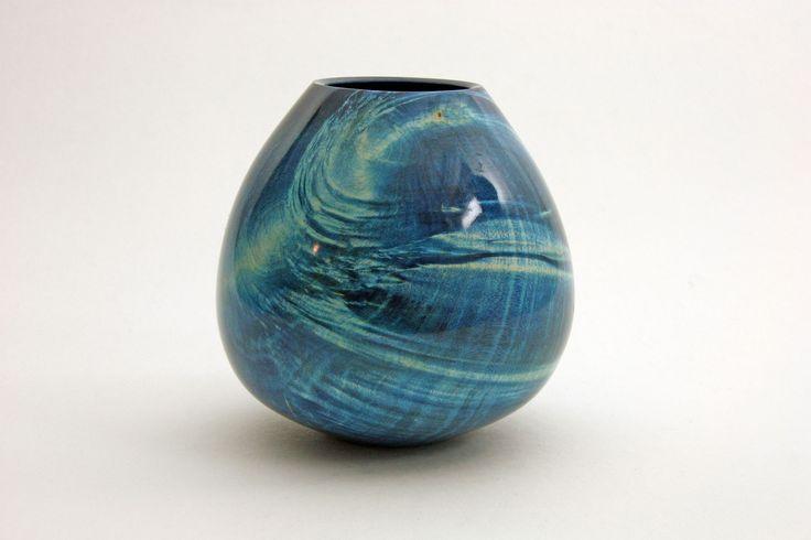 "Vase ""Ocean"" aus Ahorn; h =16 cm / Ǿ = 14 cm  Wandstärke 5 mm, blau gebeizt, Schellack Designed by Manfred Rogler"