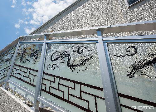 黄檗宗寺院、大阪市自敬寺様本堂。屋外階段の手すりは、エッチングガラスで龍とマカラを描きました。 #寺院建築 #社寺建築 #本堂新築 #鉄骨造本堂 #エッチングガラス #龍 #マカラ #和風建築 #設計事務所 #菅野企画設計