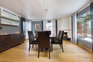 Spisestuebord med ileggsplate, seks stoler og sjenk selges.