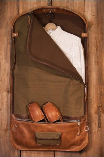 The Elkton Men's Garment Bag by Buffalo Jackson Trading Co is constructed of tough leather and waxed canvas. The perfect travel bag for the rugged gentleman.