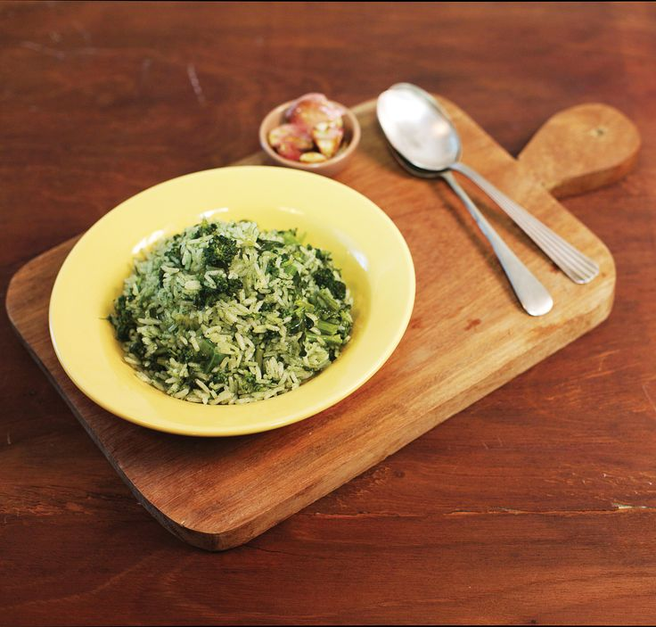 Arroz de brócolis com alho dourado   Receita Panelinha: Clássico da culinária carioca, este arroz vai bem com peixes, com um bife bem suculento ou com o franguinho grelhado do dia-a-dia.