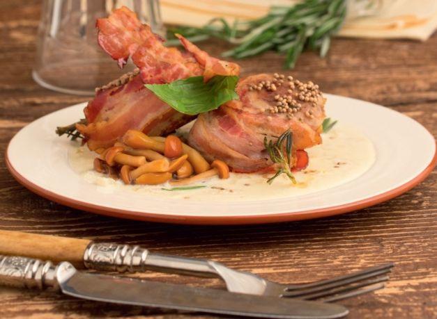 Свиная вырезка, так же как и говяжья, считается самой диетической и нежной частью туши. Несмотря на все плюсы, есь один минус - отсутствие жира в ней приво