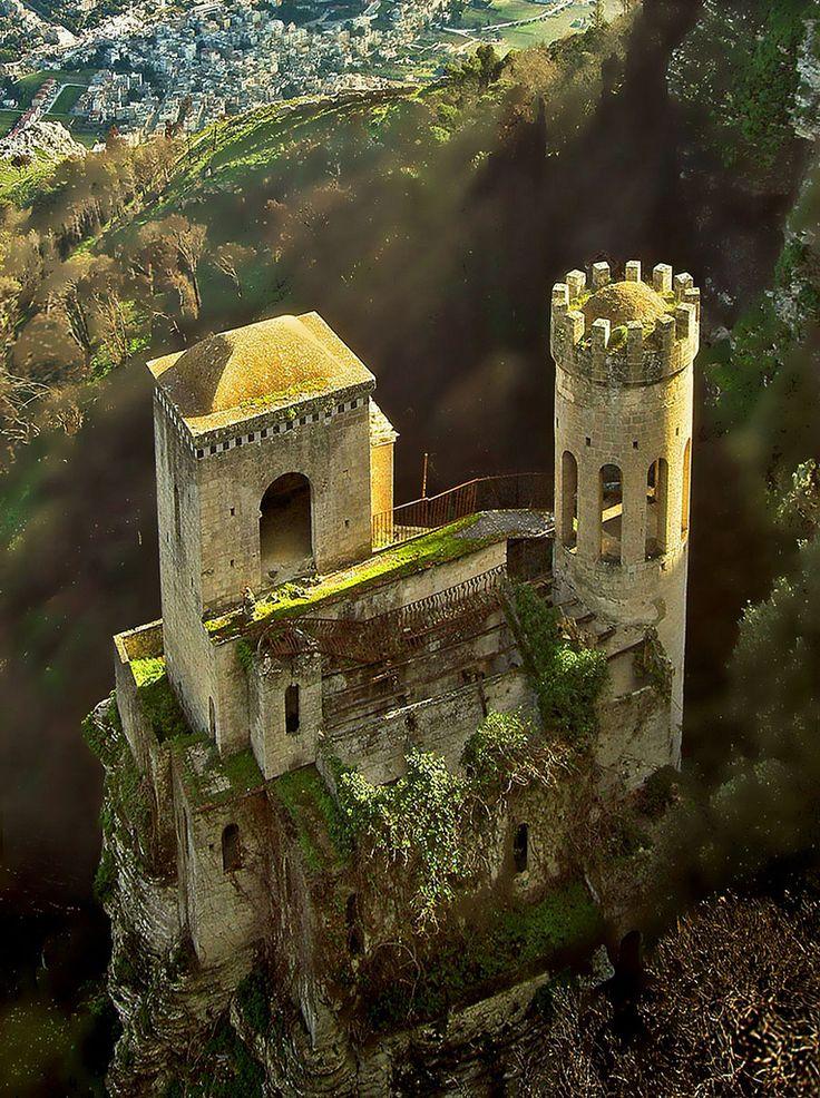 Es castillo en Ireland en los montañas.
