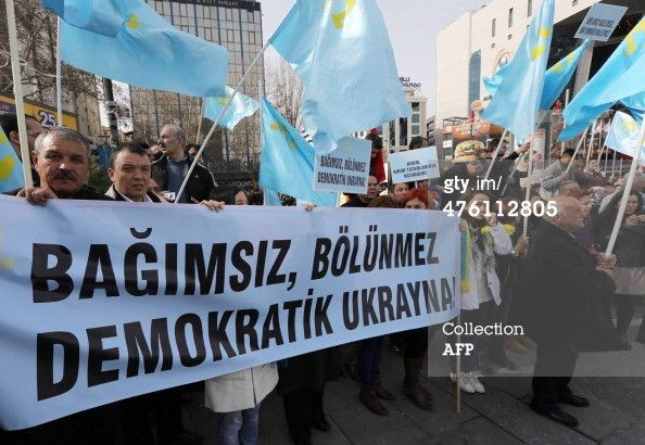 PHOTO: Crimean tatars protest against Russian intervention 4. (Pale blue flag is their flag.) #Crimea